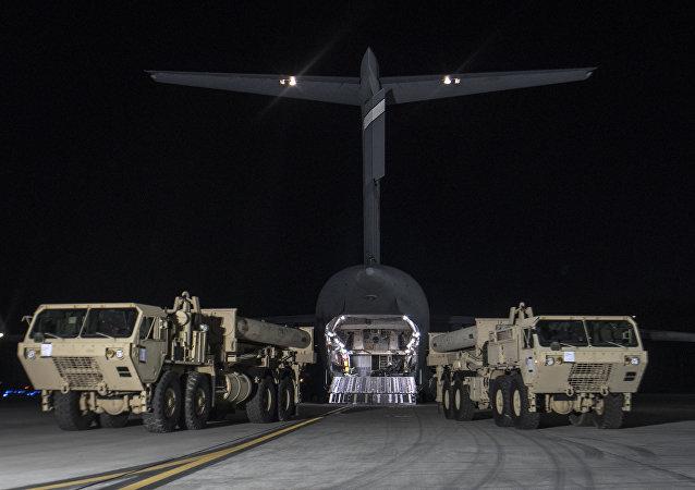 Caminhões dos EUA encarregam elementos do sistema THAAD