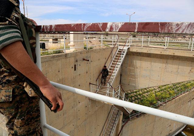 Membros das SDF inspecionam a barragem de Tabqa que foi recapturada como parte de sua batalha para os jihadistas nas proximidades da capital de facto do Daesh, Raqqa