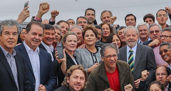 Ex-presidente Lula é recebido por aliados, incluindo a ex-presidenta Dilma Rousseff, em Curitiba