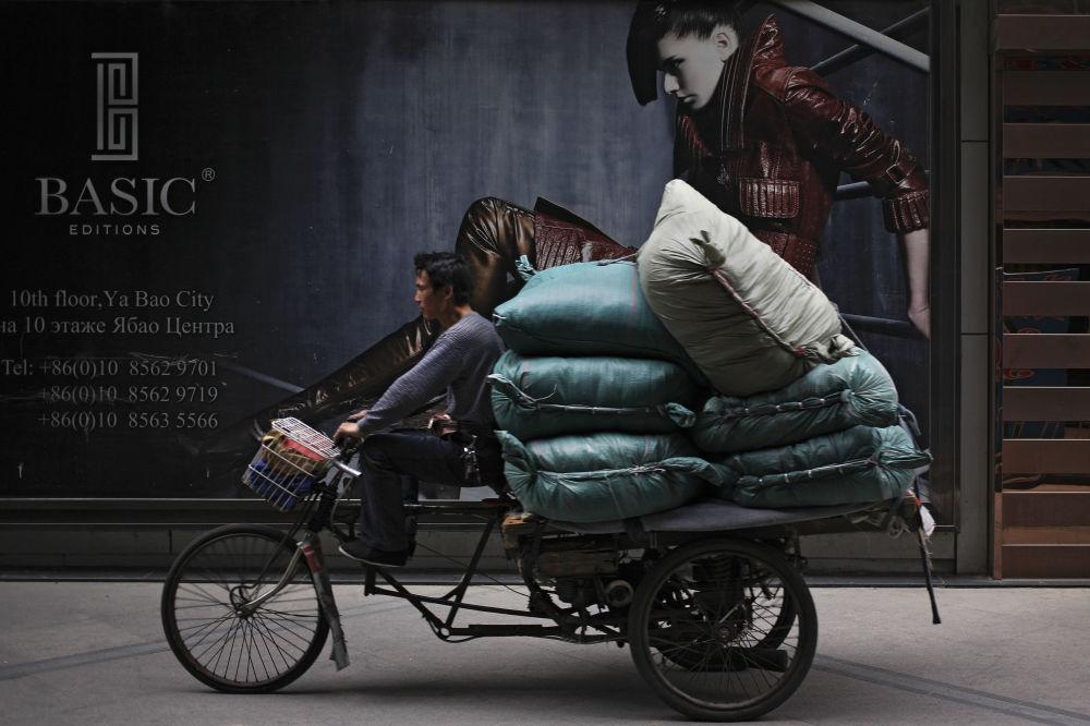 Homem com bicicleta em Pequim