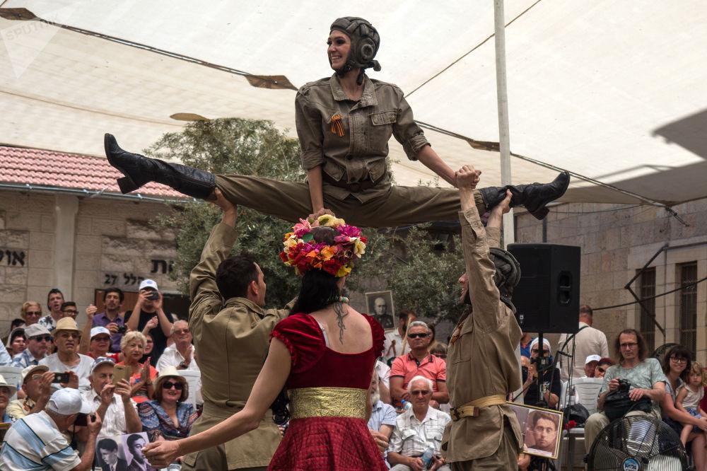 Artistas fazem show por ocasião do Dia da Vitória em Jerusalém