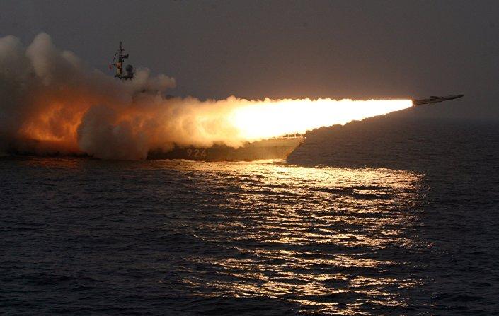 Míssil hipersônico Moskit lançado de um navio durante os exercícios realizados no mar do Japão