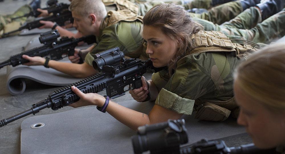 Uma mulher do exército norueguês durante exercícios no norte do país, 11 de agosto de 2016