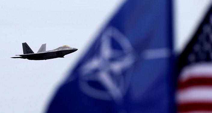 Bandeiras dos EUA e da OTAN