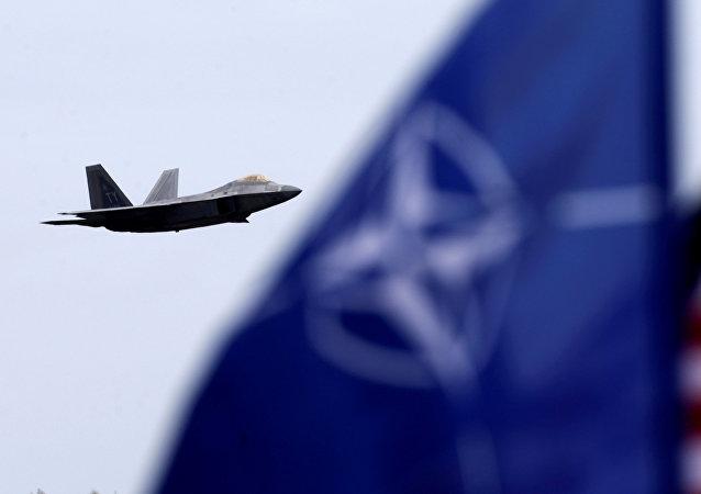 Bandeiras dos EUA e da OTAN na base aérea militar em Siauliai, Lituânia (imagem ilustrativa)