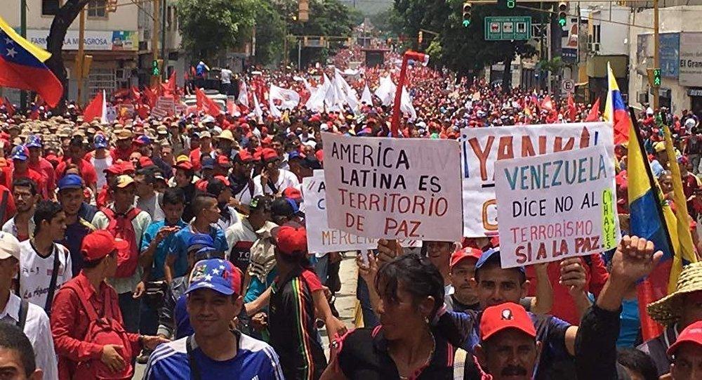 Manifestantes pedem paz durante protesto em Caracas, na Venezuela (arquivo)