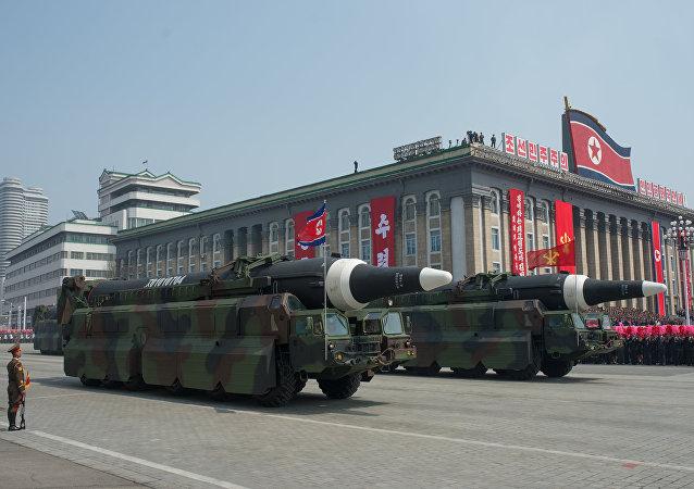 Veículos militares norte-coreanos carregando mísseis em Pyongyang (arquivo)