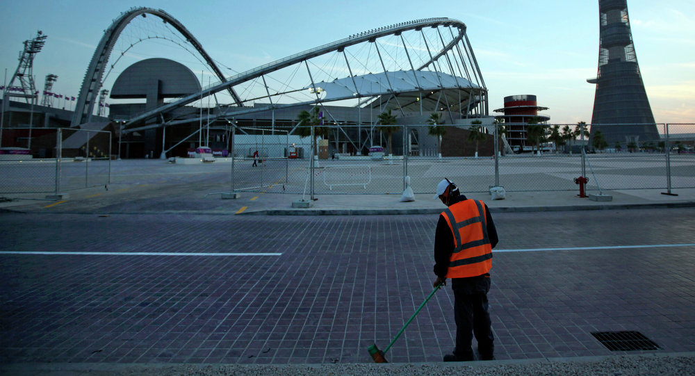 Trabalhador varre a rua nos arredores do Khalifa sport complex em Doha, o Catar (Arquivo)