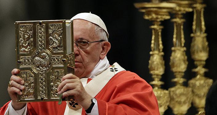 Papa Francisco durante uma oração com o Pallium, na Basílica de São Pedro en 29 de junho de 2016