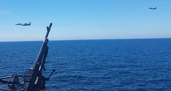 Caças russos Su-24 voam ao redor de fragata holandesa