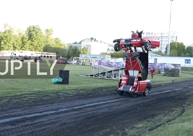 Carro se transforma em robô de combate