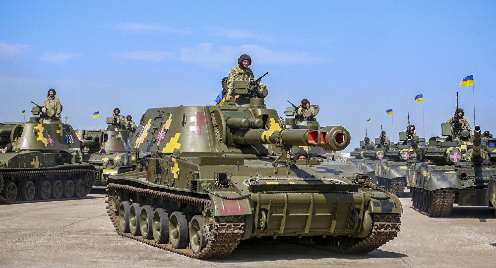 Equipamentos militares (tanque T-80) das Forças Armadas ucranianas no aeródromo militar en Chuguevo