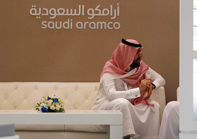 Stand da Saudi Aramco, companhia petrolífera da Arábia Saudita, na feira do mercado energético Petrotech 2016, em Manama, Bahrein (arquivo)