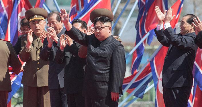Líder da Coreia do Norte, Kim Jong-un, durante inauguração de um bairro residencial em Pyongyang