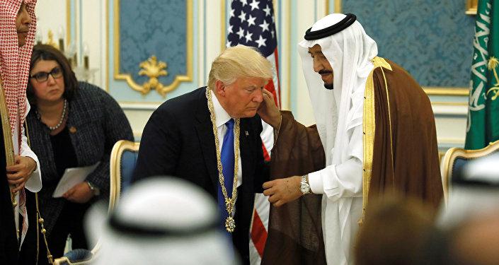 Presidente dos EUA, Donald Trump, é recebido pelo rei da Arábia Saudita, Salman bin Abdulaziz Al Saud, em Riad, na Arábia Saudita, 20 de maio de 2017