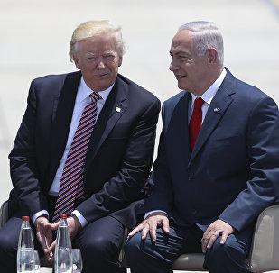 O presidente dos EUA, Donald Trump, conversa com o primeiro-ministro de Israel, Benjamin Netanyahu, em Tel Aviv