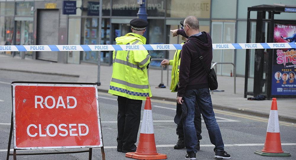 A polícia bloqueia a estrada perto do estádio Manchester Arena em Manchester, Inglaterra, 23 de maio de 2017.