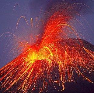 Vulcão em erupção (foto de arquivo)