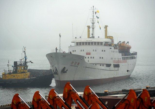 Navio de carga e passageiros norte-coreano Man Gyong Bong no porto de Vladivostok, 18 de maio de 2017