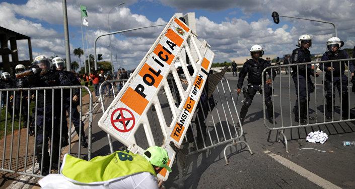 Manifestantes e PM entram em confronto