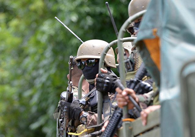 Soldados filipinos chegam à cidade de Mindanao, no sul do país, 25 de maio de 2017, dias depois de extremistas muçulmanos terem atacado a cidade.