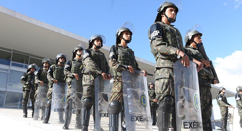 Soldados reforçam a segurança do Palácio do Planalto por determinação do presidente Michel Temer