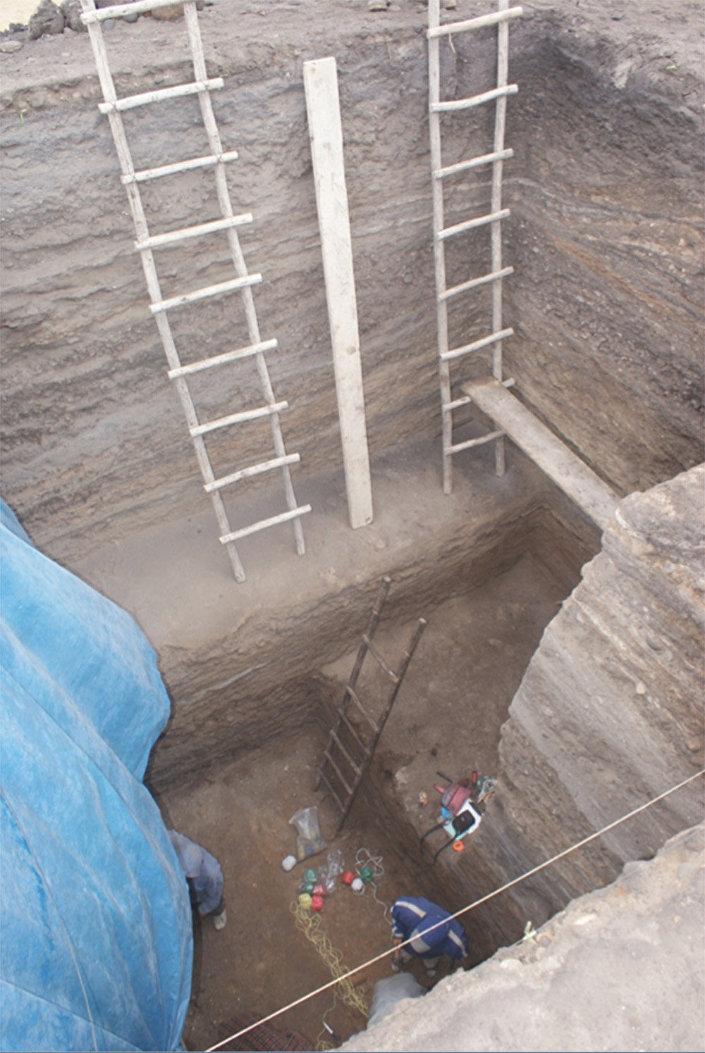 Escavações profundas embaixo do monte de Huaca Prieta