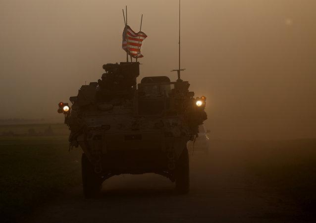 Forças dos EUA acompanhadas pelos combatentes da YPG na fronteira turco-síria