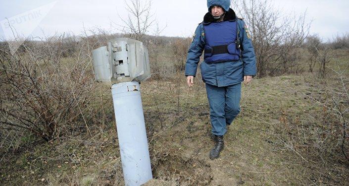 Funcionário do Ministério de Emergência da República Popular de Donetsk durante treinamentos, 3 de março de 2016