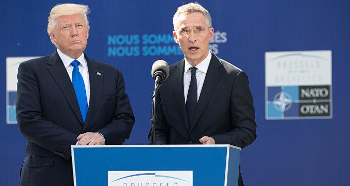 O secretário-geral da OTAN, Jens Stoltenberg, e o presidente dos EUA, Donald Trump, durante uma reunião dos líderes dos países-membros da Aliança em Bruxelas, em 25 de maio de 2017