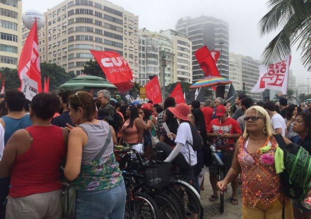 Manifestantes concentrados na praia de Copacabana em ato por eleições diretas