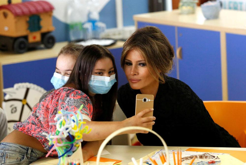 A esposa do presidente dos EUA, Melania Trump, em um hospital em Roma durante sua primeira viagem ao estrangeiro na qualidade de primeira-dama