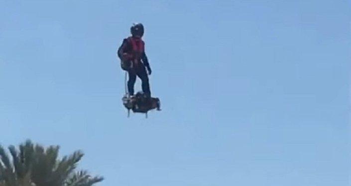 De Volta para o Futuro: homem dirige skate voador único