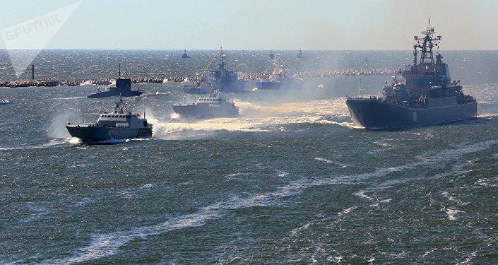 Navios da Marinha da Rússia durante o ensaio da parada militar em comemoração ao Dia da Marinha russa no canal de Baltiysk
