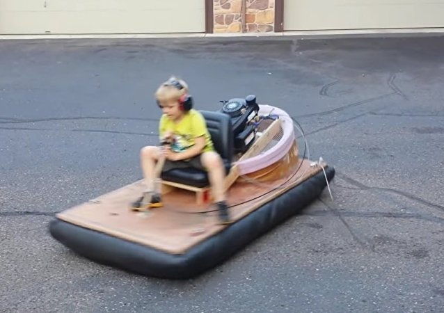 Oliver conduz o hovercraft