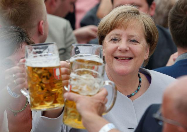 A chanceler alemã Angela Merkel prova cerveja durante o festival Trudering em Munique
