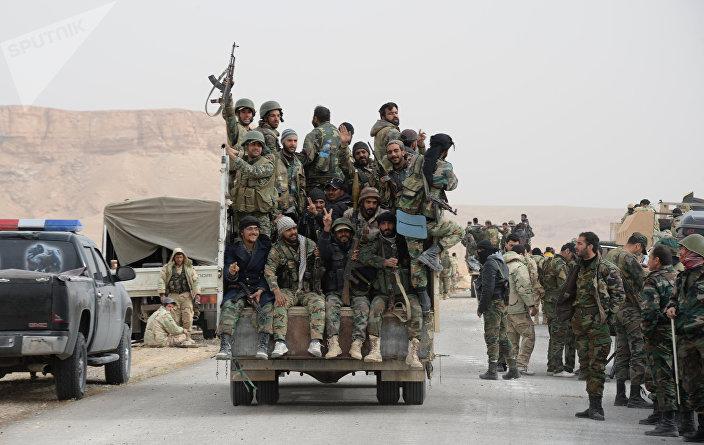 Soldados do Exército Árabe Sírio e da milícia Falcões do Deserto durante batalha pela reconquista de Palmira (arquivo)