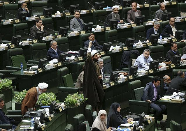 Um clérigo iraniano grita Morte à América no parlamento durante um discurso do presidente do Irã, Hassan Rouhani, em 4 de dezembro de 2016