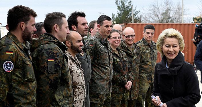 A ministra alemã da Defesa, Ursula von der Leyen, conversa com militares alemães durante uma visita à base aérea de Incirlik, onde tropas alemãs estavam instaladas, em 21 de janeiro de 2016