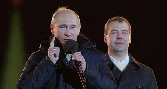 Dmitry Medvedev e Vladimir Putin participaram num comício na praça Manezhnaya (Moscou)