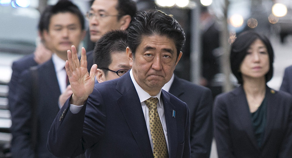 Shinzo Abe em 27 de abril de 2015 no local do atentado da Maratona de Boston de 2014