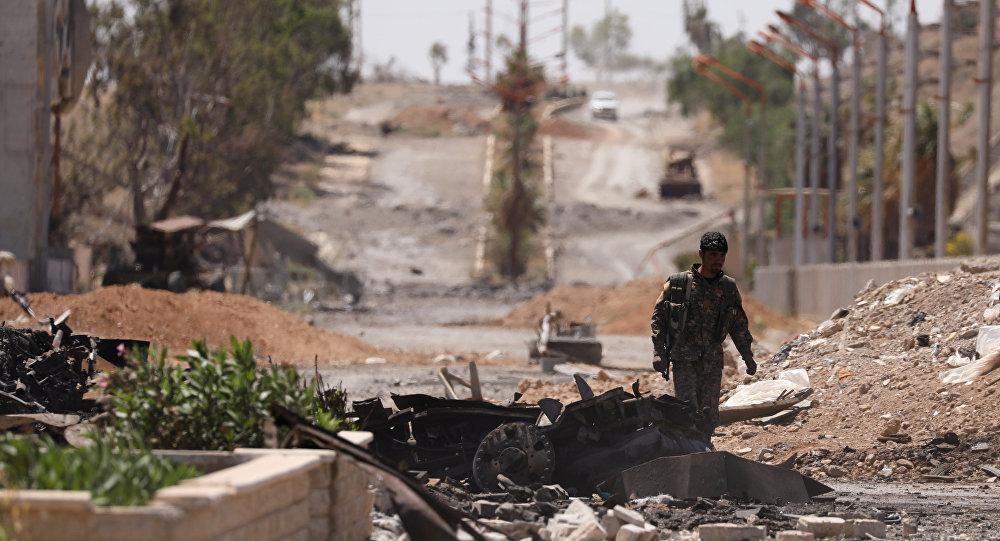 Combatente das Forças Democráticas da Síria (FDS) em uma rua de Tabqa, na província de Raqqa, após retomada do controle sobre a cidade então dominada pelo Daesh