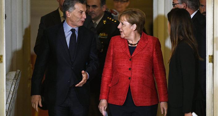 O presidente argentino Maurício Macri e a primeira-ministra alemã Angela Merkel deixam a reunião que mantiveram na Casa Rosada, sede do governo da Argentina, em Buenos Aires