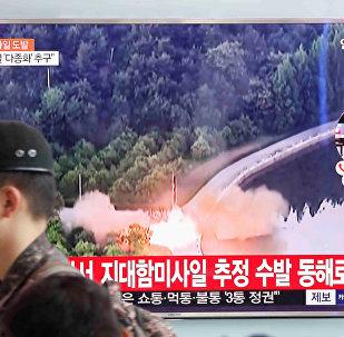 Soldado sul-coreano passa por uma TV que transmite uma reportagem a respeito do mais recente teste com mísseis da Coreia do Norte. Dia 7 de junho de 2017