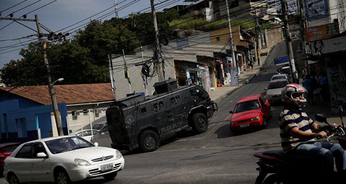 Carro blindado nas ruas do Rio de Janeiro