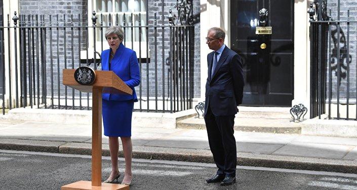Primeira-ministra britânica, Theresa May, após reunião com a Rainha Elizabeth II, em anúncio de que recebeu autorização para formação de novo governo, 9 de junho de 2017