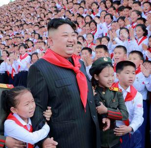 O líder norte-coreano, Kim Jong-un, com os participantes do VIII Congresso da União de Crianças da Coreia do Norte, realizado em Pyongyang