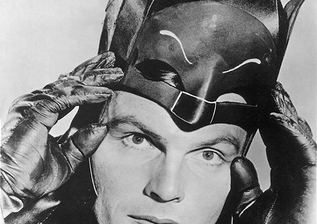 Imagem do ator americano Adam West na pele do personagem Batman, protagonizado por ele em uma série de TV nos anos 1960