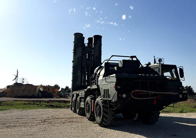 O sistema da defesa antiaérea S-400 instalado na base militar russa Hmeymim, na Síria