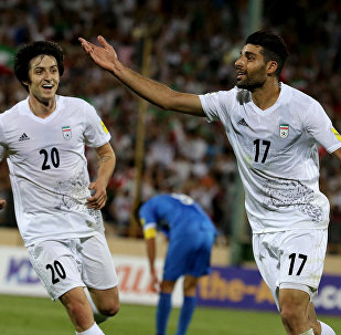 Sardar Azmoun e Mehdi Taremi comemoram vitória do Irã sobre Uzbequistão, no estádio Azadi, pelas Eliminatórias para a Copa do Mundo de 2018
